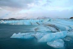 Eisberge, die zum Meer treiben Lizenzfreie Stockfotografie