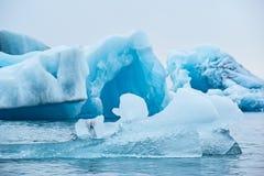 Eisberge im See Jokulsarlons, Island lizenzfreies stockbild