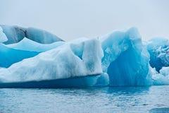 Eisberge im See Jokulsarlons, Island lizenzfreie stockfotografie