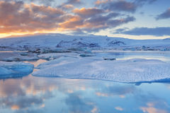 Eisberge JökulsÃ-¡ rlà ³ n im Gletschersee bei Sonnenuntergang Lizenzfreies Stockbild