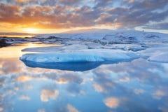 Eisberge JökulsÃ-¡ rlà ³ n im Gletschersee bei Sonnenuntergang Stockfoto