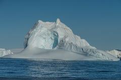 Eisberge mit einem enormen Tunnel/einer Höhle, Icefjord, Ilulissat, Grönland stockfotografie