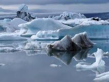 Eisberge mit Reflexionen lizenzfreies stockbild