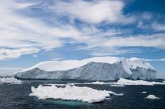 Eisberge unter einem blauen Himmel Stockfotos