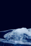 Eisbeschaffenheitsoberfläche Blaue gefrorener Wassereiszapfen der Farbzusammenfassung Form Dekorativer Tiefkühlrahmen auf schwarz Stockfotografie