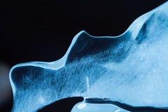 Eisbeschaffenheitsoberfläche Blauer Farbzusammenfassungs-Formeiszapfen und gefrorene Blasen Weihnachtsdekorativer schwarzer Hinte Stockfotos