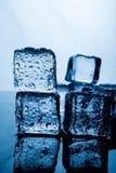 Eisbeutel das Ergebnis des Wassers ist vor dem gestapelten Eis trennen lizenzfreies stockfoto