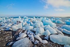 Eisblöcke auf einem Sandstrand. Lizenzfreies Stockfoto