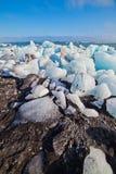 Eisblöcke auf einem Sandstrand. Lizenzfreie Stockfotografie