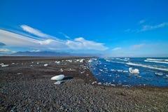 Eisblöcke auf einem Sandstrand. Stockfotografie