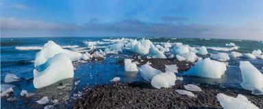 Eisblöcke auf einem Sandstrand. Stockfotos