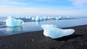 Eisblock auf dem Strand Lizenzfreie Stockfotografie