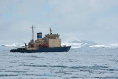 Eisbrecher, der auf den gefrorenen Straßenfrühling antarktisches MO schwimmt Stockbild