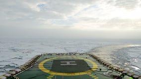 Eisbrecher, der die Eisfelder, arktisch durchläuft stock footage