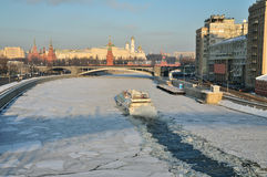 Eisbrecher gegen den Hintergrund des Kremlin Stockbild