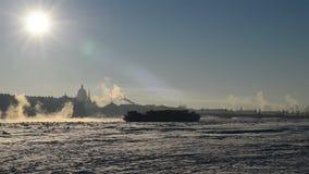 Eisbrecher schwimmt entlang Neva River im Winter in St Petersburg stock footage