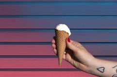 Eiscreme in der Hand Stockfotografie