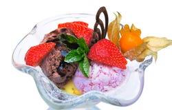 Eiscreme in einem Glasramekin Stockfotos