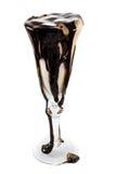 Eiscreme in einem Weinglas mit Schokolade toppi lizenzfreie stockbilder