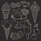 Eiscreme in einer Waffelschale, in den Erdbeeren und in den Himbeeren, Schattenbild auf schwarzem Hintergrund Stockbilder