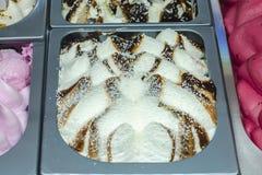 Eiscreme im Schaukastenkühlschrank am Süßigkeitengeschäft stockbilder