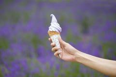 Eiscreme in Lavendel archiviertem Hintergrund Lizenzfreie Stockfotos