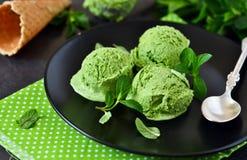 Eiscreme mit Avocado, Spinat auf einem schwarzen Hintergrund lizenzfreies stockbild