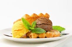 Eiscreme mit Blätterteigkeksen Stockfoto