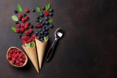 Eiscreme mit dem Beerenkochen Stockfotografie