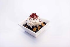 Eiscreme mit der anfüllenden Beere, Creme, Erdbeeren, Blaubeeren und Plätzchen mit Schokolade Stockfotos