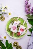 Eiscreme mit Erdbeere und Kiwi Lizenzfreies Stockfoto