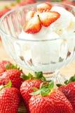 Eiscreme mit Erdbeeren Stockfotos