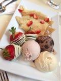 Eiscreme mit Erdbeeren und Krepp Stockbild