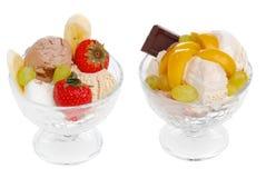 Eiscreme mit Früchten und Beeren stockfoto