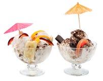 Eiscreme mit Früchten und Schokolade Stockbild