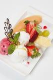 Eiscreme mit frischen Früchten Stockfotografie