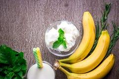 Eiscreme mit frischer Banane und Minze auf Holztisch Stockbilder