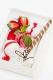 Eiscreme mit frischer Erdbeere Lizenzfreie Stockbilder