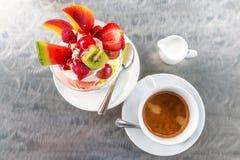 Eiscreme mit friuts und einem Tasse Kaffee stockfotos