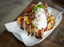 Eiscreme mit geröstetem und Schokoladenbelag lizenzfreies stockbild