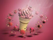Eiscreme mit Himbeeren und Schokolade zerkrümelt in einer Waffelschale stockbild