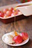 Eiscreme mit Honig lizenzfreies stockfoto