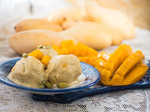 Eiscreme mit Mango und Nüssen Stockbild