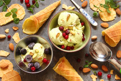 Eiscreme mit Pistazien und Eistüten, mit Beeren, Minute Stockfotos