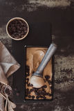 Eiscreme mit Schaufel und Schokoladensplittern stockbilder
