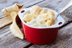 Eiscreme mit Scheiben der Banane Lizenzfreies Stockfoto