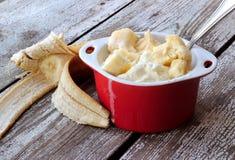 Eiscreme mit Scheiben der Banane Stockfoto