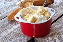 Eiscreme mit Scheiben der Banane Lizenzfreie Stockfotos
