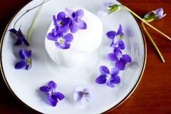 Eiscreme mit Veilchen Lizenzfreie Stockbilder