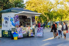 Eiscreme und Getränkkiosk in Madrid Lizenzfreies Stockbild